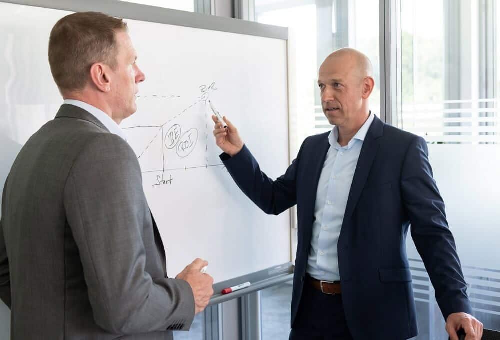 Die Geschäftsführer von BS PartnerServices prüfen die Voraussetzungen, um eine Zeitarbeitsfirma zu gründen.